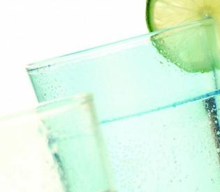 Evo zašto NIKAKO ne bi trebali piti vodu sa aromom!