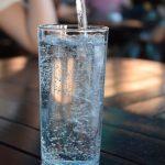 Pila je četiri litara vode dnevno i evo šta joj se dogodilo
